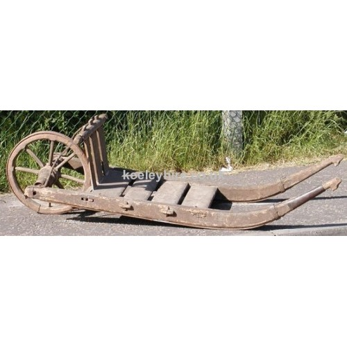 Flat wheelbarrow with curved handles