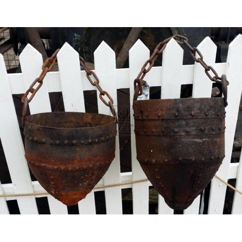 Pointed iron cooking pot