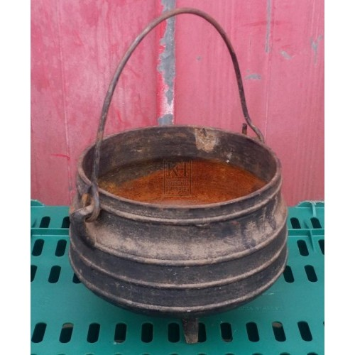 Small iron cooking pot with feet