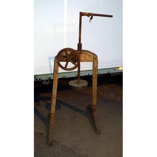 Freestanding wood pulley with wheel