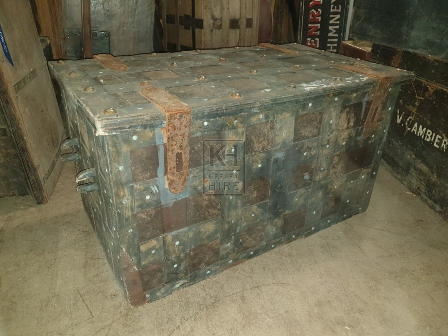 Large chest with grid