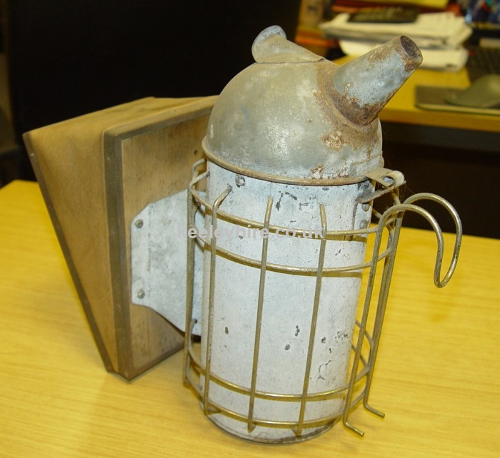Bee smoke gun with wire cage