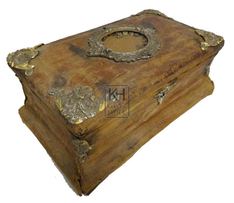 Small flat velvet chest with brass