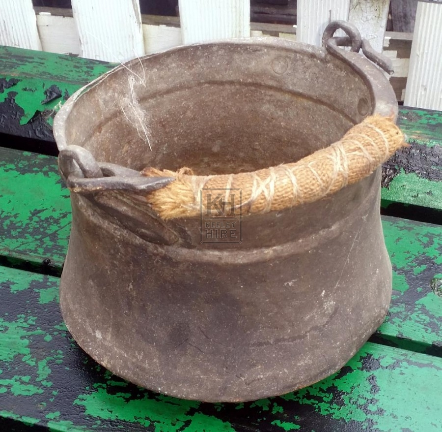 Small shaped cooking pot with handle