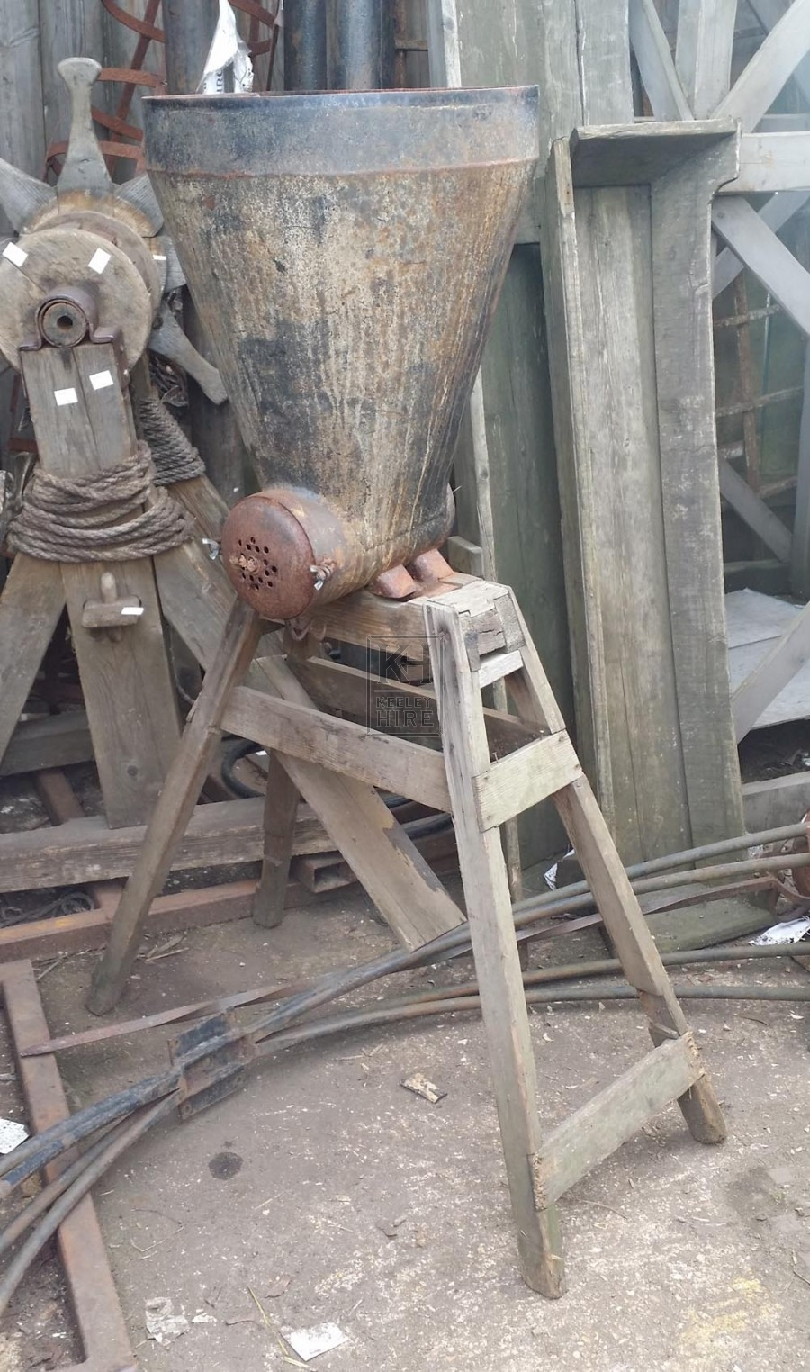 Grinding machine with funnel