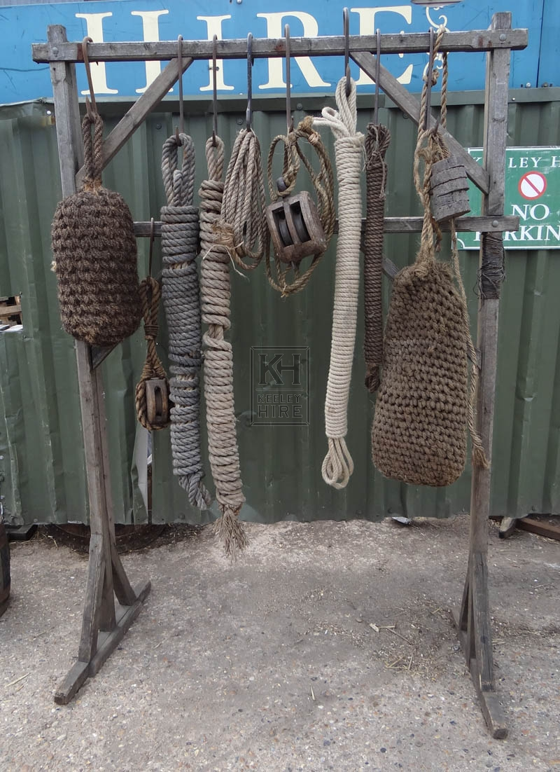FS wood rack with rope & pulley