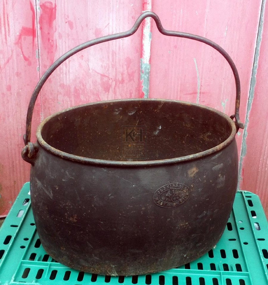 Oval iron cooking pot