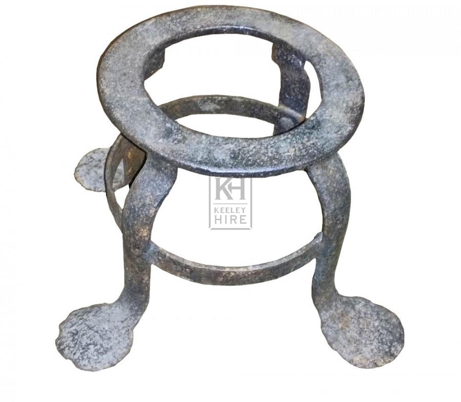 Iron trivet with feet